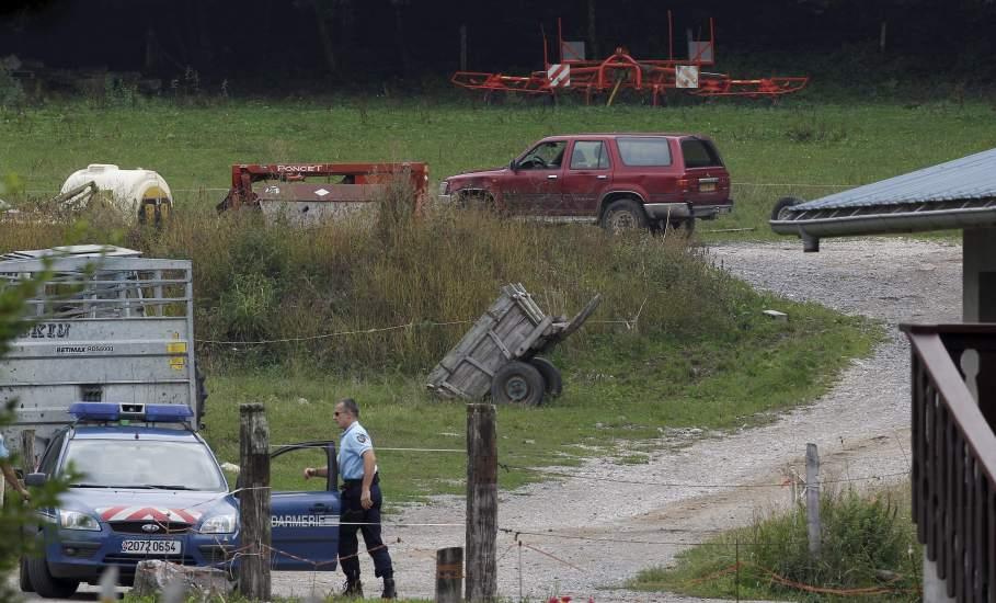 Encuentran a una niña viva entre dos cadáveres en el coche de la matanza de los Alpes franceses