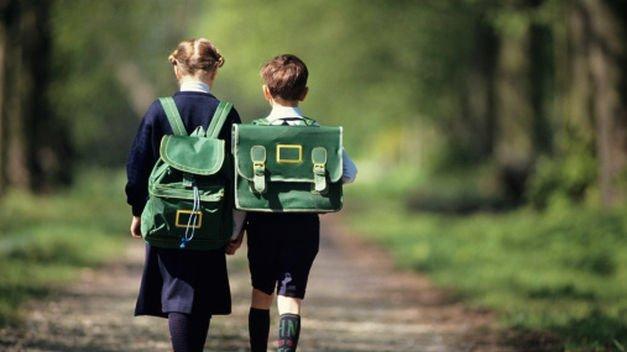 El peso de las mochilas de los niños no debe superar el 15% de su peso