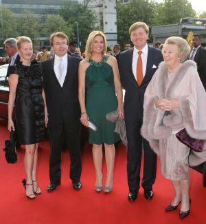 El príncipe Friso de Holanda abre los ojos y sonríe