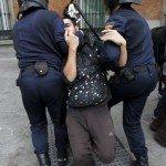 Efectivos de la Policía Nacional detienen a un joven en las inmediaciones de la plaza de Neptuno.