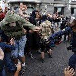 La policía carga contra los manifestantes del 25S.