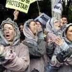 Un grupo de manifestantes disfrazados durante la marcha hacia el Congreso.