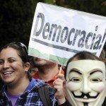 Pancartas reclamando 'Democracia Real', una petición que se repirte por parte de los manifestantes desde los orígenes del 15-M.