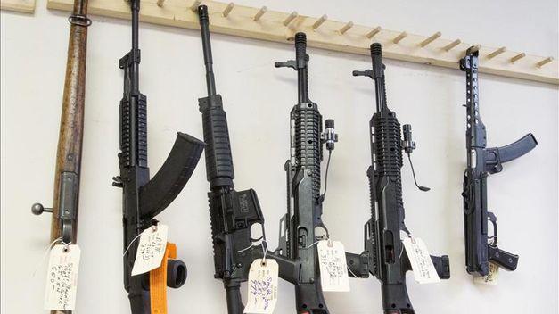 EE.UU. estudia medidas para permitir armas en las escuelas