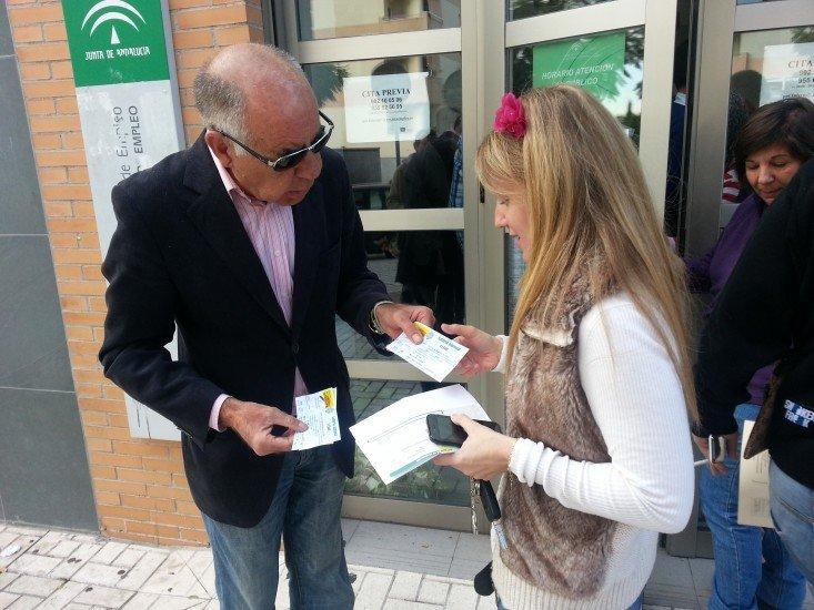Malagueño reparte participaciones gratuitas de Lotería a los parados