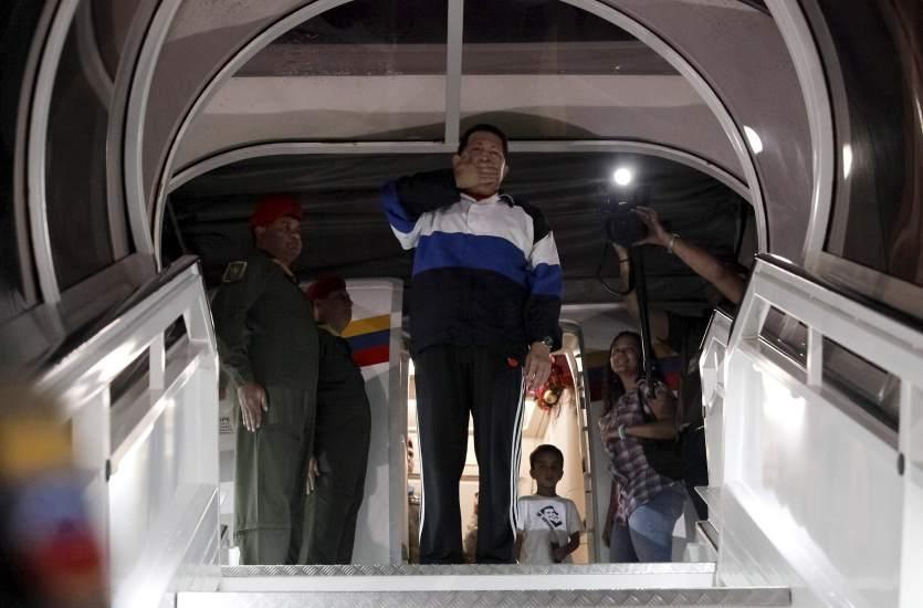 Hugo Chávez viaja nuevamente a Cuba para operarse del cáncer que padece
