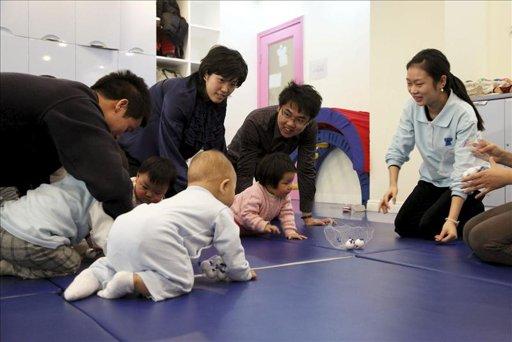 Padres de octillizos chinos deberán pagar multa millonaria