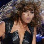 En el reportaje se pueden ver unas imágenes en las que Beyoncé sale estupendísima y acto seguido otras como ésta. Lo que viene a decir el texto es que la diva bailó con tanta fuerza que su cara era un poema…