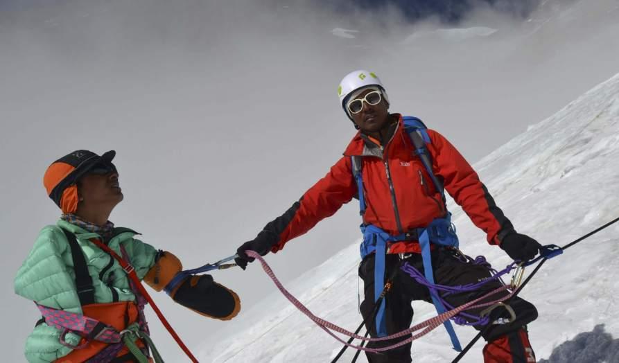 Insólito: Hombre sin manos y joven con una sola pierna escalan el Everest - Fotos