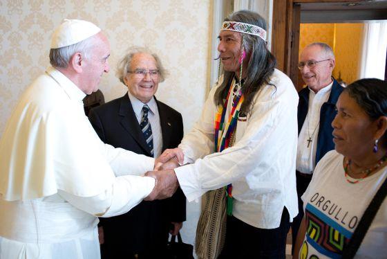 El papa Francisco recibe a líder indígena que es perseguido en Argentina