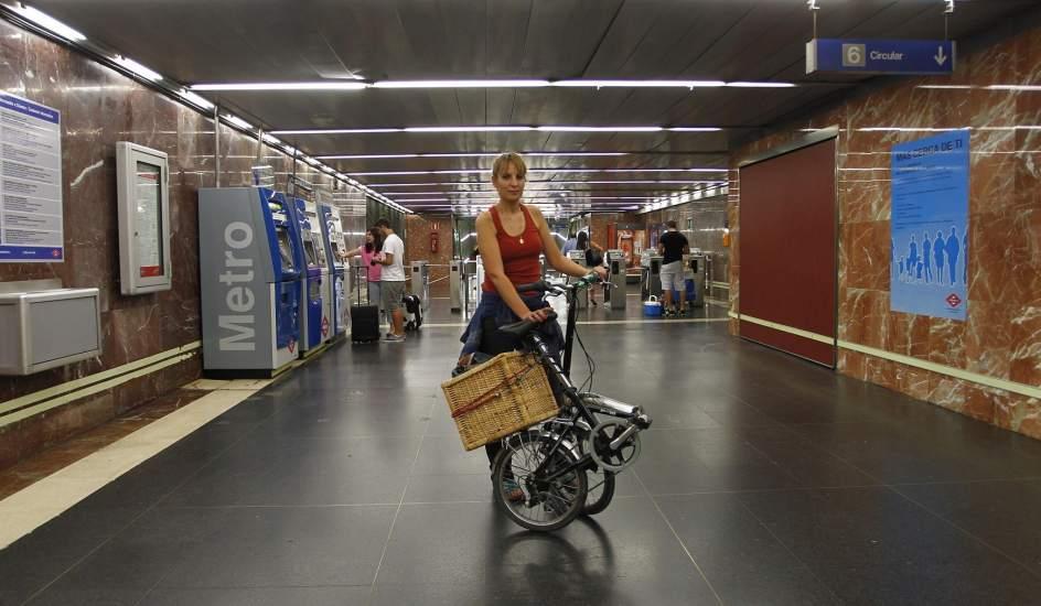 Multada por ir con una bici plegable en el metro