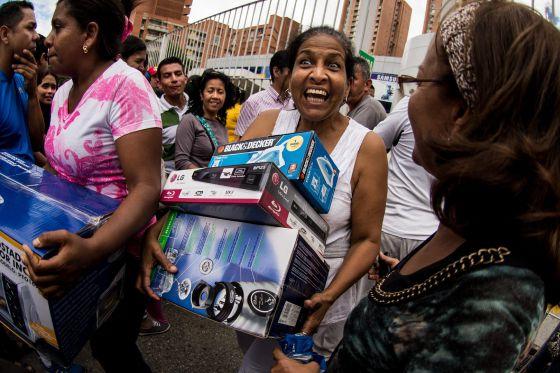 Nicolás Maduro ordena 'ocupar' tiendas y cierra sitios de Internet¡