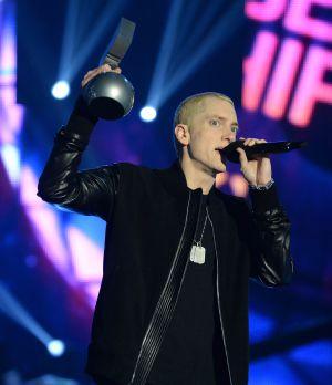 Miley Cyrus fuma un 'porro' en los MTV Music Awards - Vídeo¡