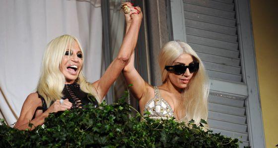 Lady Gaga ayuda a su amiga Donatella Versace¡