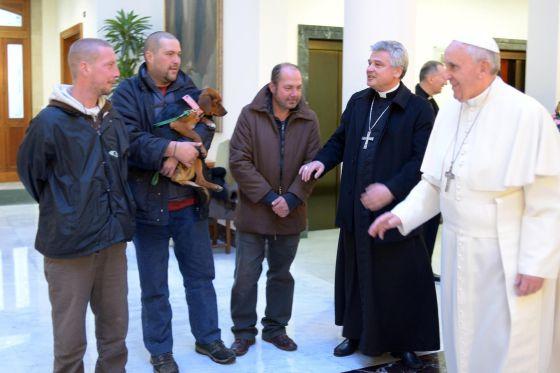El papa Francisco pasa su cumpleaños con 4 vagabundos¡