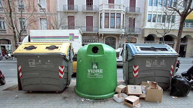 Insólito: Lo multan por mirar un cuadro abandonado junto a contenedor¡