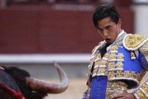 Alberto Aguilar sufre una cornada que le atravesó el gemelo izquierdo