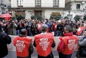 Extrabajadores de RTVV protestan ante la Generalitat tras un mes de su cierre