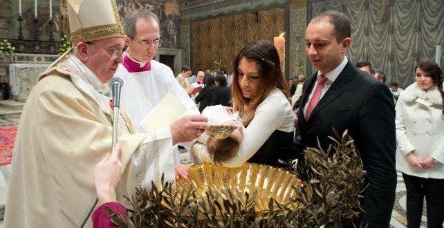 El papa Francisco bautiza a 32 niños en la capilla Sixtina